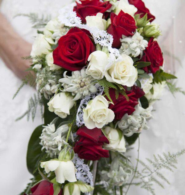 Brudebuket i smuk rød og hvid