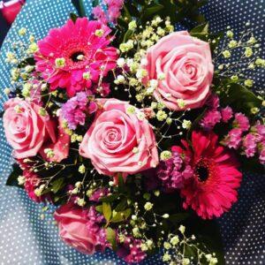 Feminin blomsterbuket fra Aarstidens Blomster
