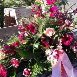 Dekoration lyserød, pink og lilla bisættelse