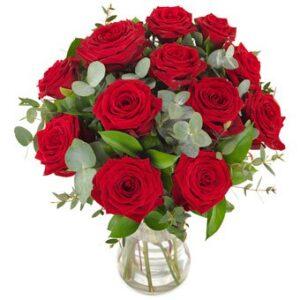 Røde roser og eucalyptus