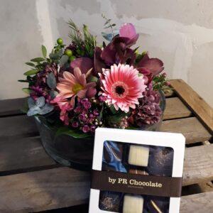 Smuk dekoration i glasfad med chokolade fra Aarstidens Blomster