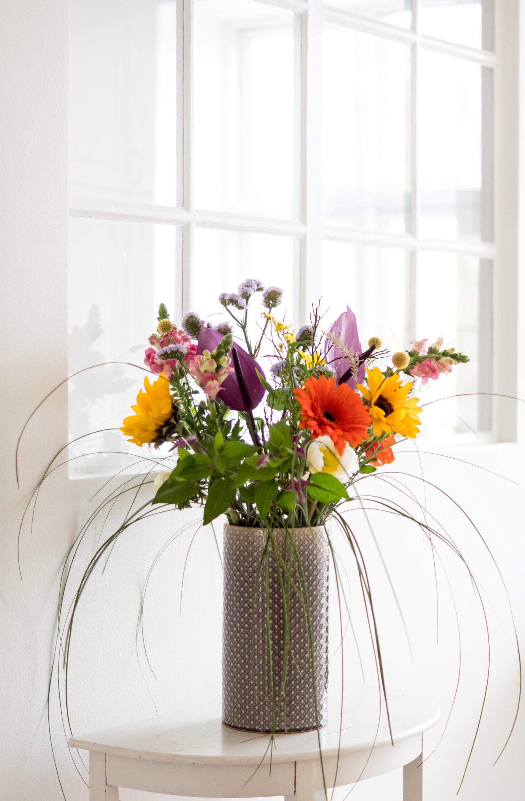 Glad i låget buket fra Aarstidens Blomster